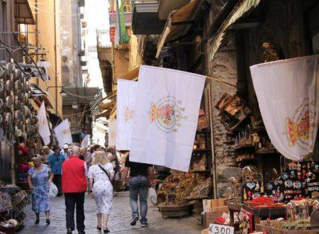 Napoli: cento bandiere duosiciliane nel centro storico