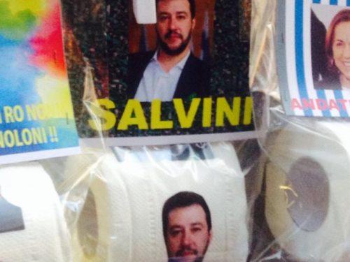 A Napoli spunta la carta igienica con la faccia di Salvini