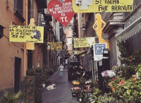 Ai Quartieri Spagnoli non è vietato regalare fiori e canzoni alle donne